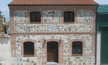 Vega de Santa María:  Casa rural con fachada en el estilo tradicional de las construcciones de Castilla