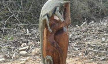 Lerga:  Escultura de un lagarto de Ángel illera creada con  motosierra.