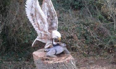 Lerga:  Águila cazando escultura de Ángel illera a motosierra en lerga
