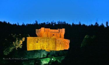 Vilasobroso:  El Castillo de Sobroso, en visión nocturna desde la Villa de su nombre que está dende hace siglos a sus piés.