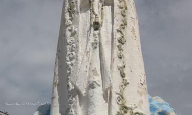 Casas de Moya:  Virgén en lo alto de la fuente